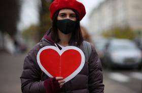 Protesty v Bělorusku 8. listopadu 2020. Proti nim zasahují policisté i lidé bez jakékoliv identifikace