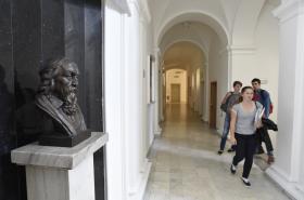 Busta Jana Amose Komenského na Gymnáziu Brno, třída Kapitána Jaroše