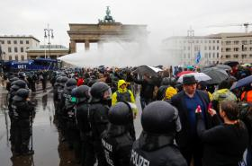 Policejní zásah proti účastníkům demonstrace v Berlíně