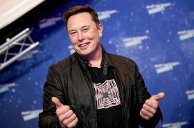 Elon Musk při udělování cen v Berlíně