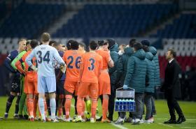 Diskuze s rozhodčími během zápasu mezi PSG a Basaksehirem