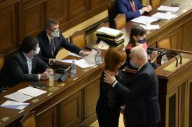 Předseda poslaneckého klubu ANO Faltýnek gratuluje ministryni financí Aleně Schillerové ke schválení návrhu státního rozpočtu na rok 2021