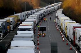 Kamiony odstavené v britském Kentu
