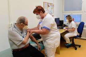 Očkování seniora ve Fakultní nemocnici Olomouc