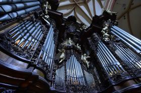 Dělníci rozebírají Englerovy varhany v chrámu svatého Mořice v Olomouci
