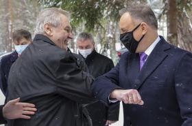 Andrzej Duda se zdraví s Milošem Zemanem