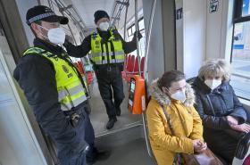 Kontrola respirátorů v tramvaji