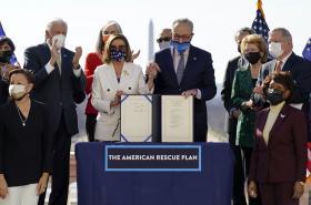 Demokraté představují podepsaný balík pomoci