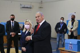 Premiér Benjamin Netanjahu se svou ženou při odchodu z volební místnosti