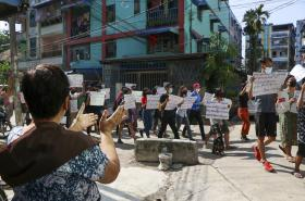 Protestující lidé v myanmarských ulicích