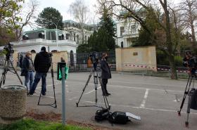 Televizní štáby před ruskou ambasádou v Praze