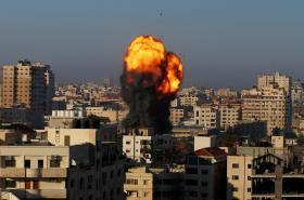 Plameny a dým nad vládním komplexem v Gaze