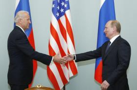 Joe Biden v roli viceprezidenta USA s ruským prezidentem Vladimirem Putinem v roce 2011