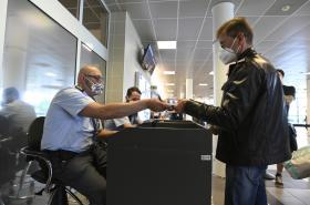 Vyhoštění pracovníci ruské ambasády opouštějí Česko