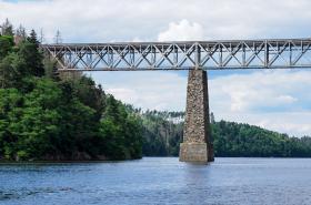 Železniční most přes vodní nádrž Orlík