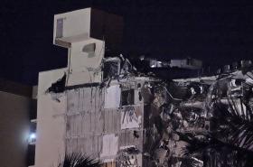 Napůl zhroucená dvanáctipodlažní budova