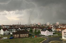 Moravu zasáhly silné bouřky i tornádo. Nejhorší situace je na Břeclavsku