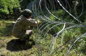Litva postavila na hranici s Běloruskem bariéru, tvoří ji žiletkový ostnatý drát