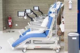 Stacionář, kde je na polohovatelných křeslech aplikována pacientům chemoterapie