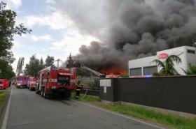 Požár haly v pražské Uhříněvsi
