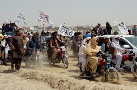 Bojovíci s vlajkami Talibanu u hranic s Pákistánem