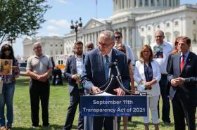 Chuck Schumer představuje zákon pro zprůhlednění dokumentů k 11. září