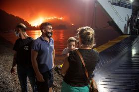 Lidé se evakuují z ostrova Euboia