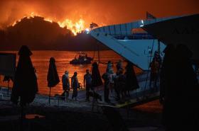 Inferno v Řecku pomáhají hasit i zahraniční týmy, podle mnohých obyvatel to ale nestačí