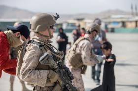 Američtí vojáci pomáhají s evakuací Afghánců na letišti v Kábulu