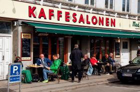 Dánové se po uvolnění restrikcí vydali opět do kaváren