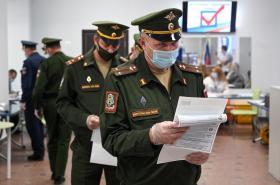 Vojáci ve volební místnosti v Rostově na Donu