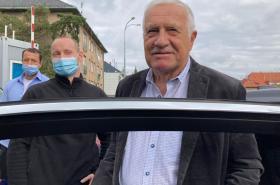 Václav Klaus na snímku z pátku, když opouští nemocnici