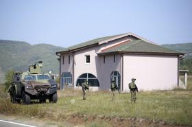 Srbský voják stráží silnici poblíž obce Rudnica