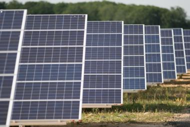 Čeští vědci vylepšili solární panely. Fungují teď i ve vedru a extrémní zimě