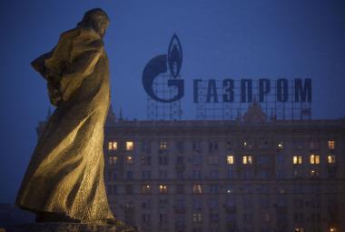 Socha Tarase Ševčenka, na pozadí reklama na Gazprom