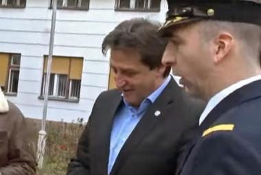 """""""Mám rád novinářky, které si takhle kleknou,"""" říká Bratislav Gašić"""