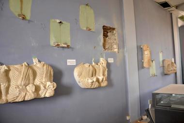 Zničené artefakty v muzeu v Palmýře