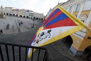 Krádež tibetské vlajky v Praze se bude řešit jako přestupek, pokuta neplatí