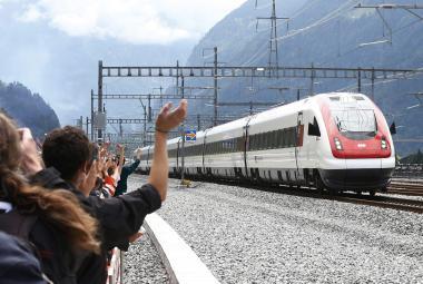 Historický okamžik pro Švýcarsko: Nejdelším tunelem na světě projel první vlak
