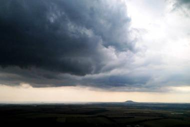 Páteční horko vystřídají silné bouřky. Přinesou přívaly deště a ochlazení