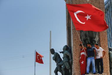 Odpůrci převratu na náměstí Taksim v Istanbulu