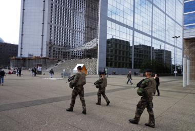 Armáda střeží i obchodní čtvrť La Défense v Paříži