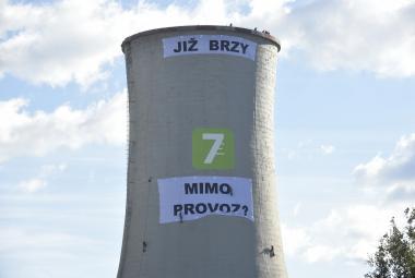 Aktivisté Greenpeace přespali na věži elektrárny Chvaletice. Protest trvá