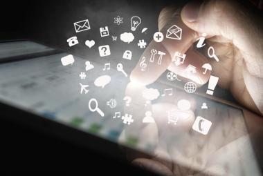 Internet zažívá nájezd seniorů. Prudce roste i jejich aktivita na sociálních sítích
