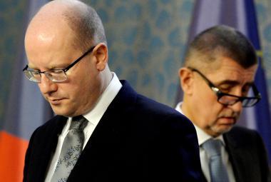 Sobotka oznámil, že vláda kvůli Babišovým kauzám podá demisi. Je to zbabělec, zní z ANO