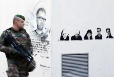Ozbrojenec před bývalou redakcí Charlie Hebdo