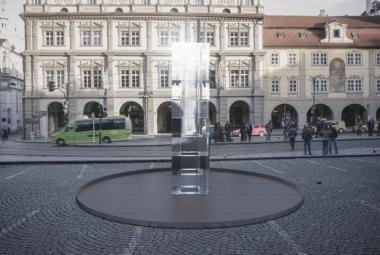Malostranské náměstí zmrazí ledový kvádr umělců z AVU