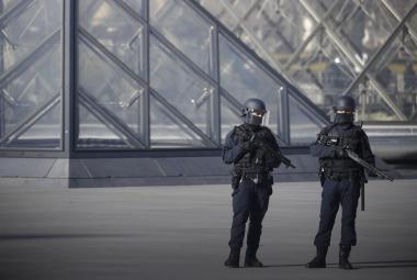 Ozbrojené složky před Louvrem