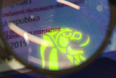 Policisté mají přístroje, které rozpoznají i běžně neviditelné ochranné prvky na dokladech