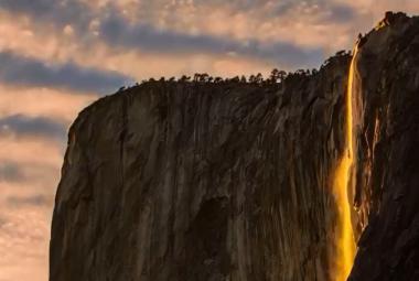 Takzvaný ohnivý vodopád v Yosemitech
